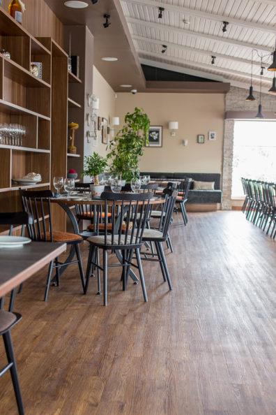 ton-kresli-bariem-restoraniem-2