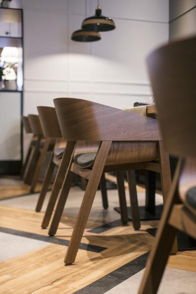 ton-kresli-mebeles-restoraniem-bariem-kafejnicam-8