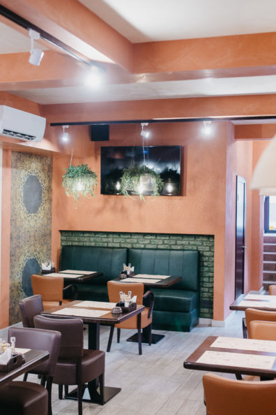 kresli-restoraniem-bariem-viesnicam-4